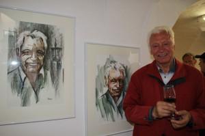 Franz Rupp vor seinen Selbstportraits