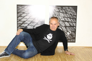 Hermann Fischl vor seinem Beitrag zur Ausstellung »I myself«