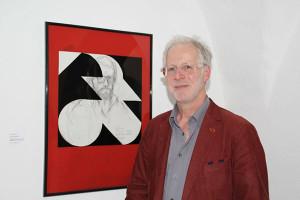 Ernest A. Kienzl neben seinem Beitrag zur Ausstellung
