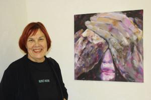 Elisabeth Kallinger vor ihrem Beitrag zur Ausstellung »Grenzen«