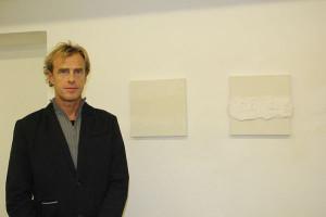 Kurt Schönthaler vor seinen Arbeiten für die Ausstellung »Grenzen«