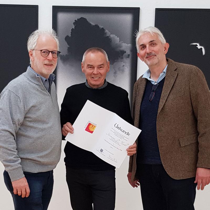 Ernest A. Kienzl und Museumsleiter Thomas Pulle gratulieren dem Preisträger Hermann F. Fischl