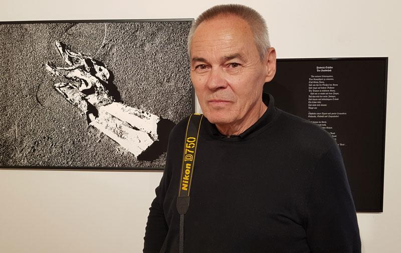 """Hermann F. Fischl vor seiner Arbeit """"Handschuh"""" in der Ausstellung """"RE.Aktion"""""""