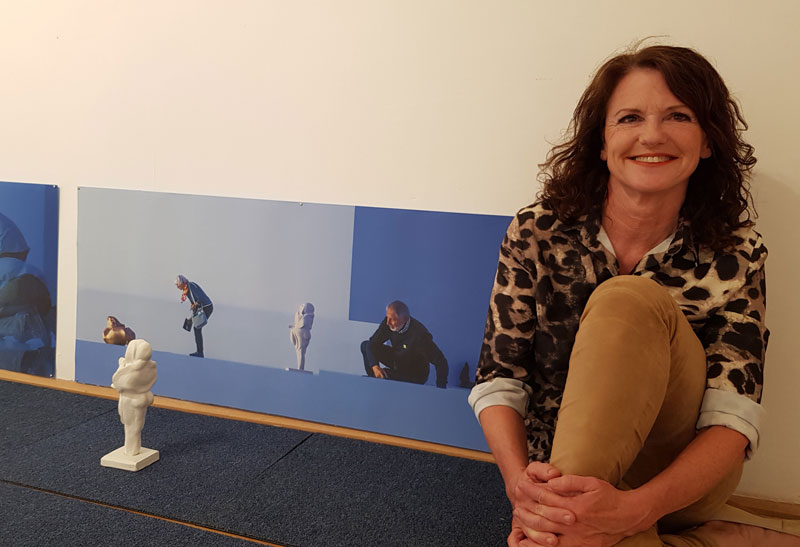 Edith Haiderer vor ihrer Arbeit in der Ausstellung Re.Aktion