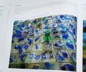 Buchausschnitt: Eva Bakalar; Flaschenpost, water for everyone, Mineralwasserflaschen-Bruch in Kunstharz, 2016