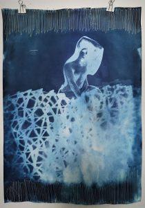 Eva Bakalar; Principessa 1, aus der Serie blue moon, Cyanotypie-Druck auf Papier genäht; 2020